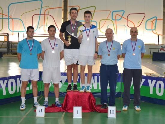 Zrenjaninski seniori na postolju: Gojkov i Carić (desno) sa bronzanim medaljama