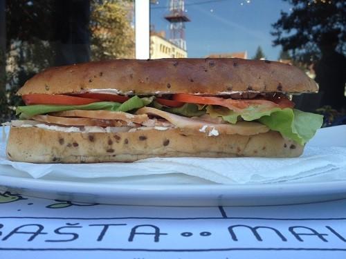 sendvic-sa-curetinom-basta-mala