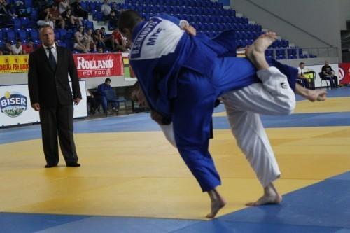 Dušan Sarić (beli kimono) baca predstavnika Crne Gore u borbi za treće mesto