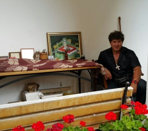 Gligić pored slike, koju je poklonio manastiru Velika Remeta
