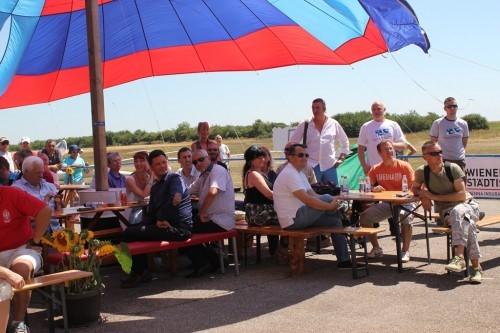 Publika uhvatila hlad: Bašta kafića se nalazi ispod padobrana