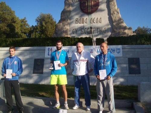 Ajredin Ajeti (desno) sa diiplomom i bronzanom medaljom na polumaratonu
