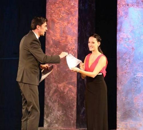 Dragana Popovic prima nagradu u Krajovi