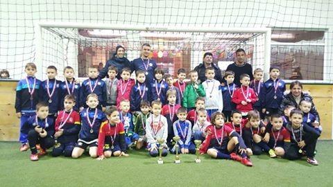 Dečaci iz Škole fudbala Lane sa Zoranom Tošićem