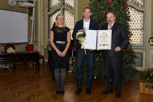 Simo Salapura prima nagradu od gradonačelnika i predsednice skupštine Zrenjanina