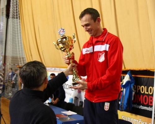 Pehar za najbolju ekipu u rukama trenera Proletera, Vojislava Trajkovića