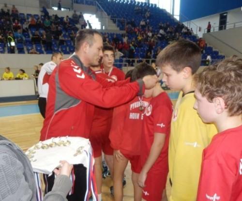 Zlatko Čaušević uručuje medalje najboljim ekipama