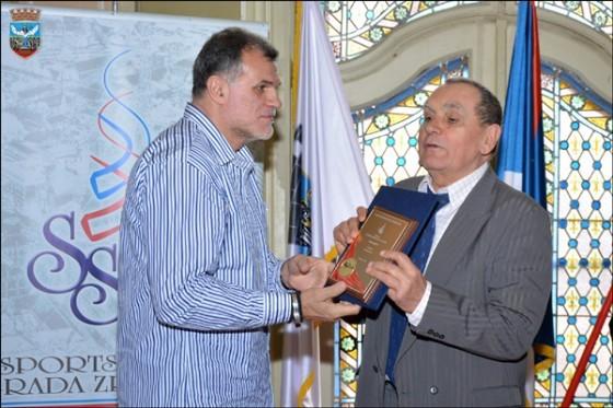 Momir Rnić predaje nagradu za životno delo Ivanu Guti Grubačkom