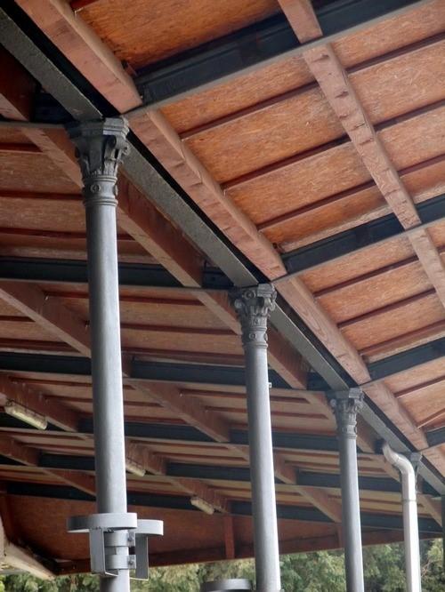 Liveni peronski stubovi sa dekorativnim korintskim kapitelima