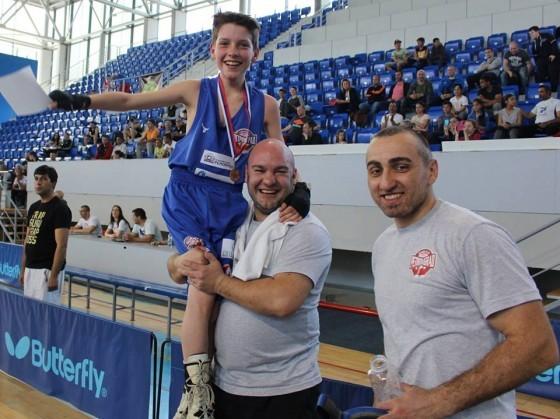 Najbolji bokser u pionirskoj konkurenciji: Stevan Jonjev sa trenerima Evđenićem i Piperskim