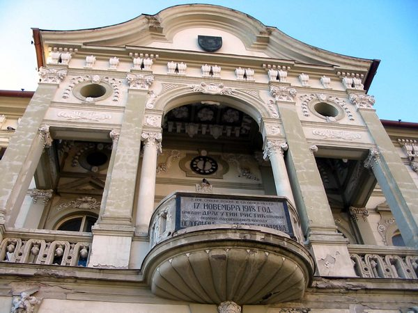 "Balkon ""zasečen"" spomen-pločom posvećenom Brigadiru Ristiću"
