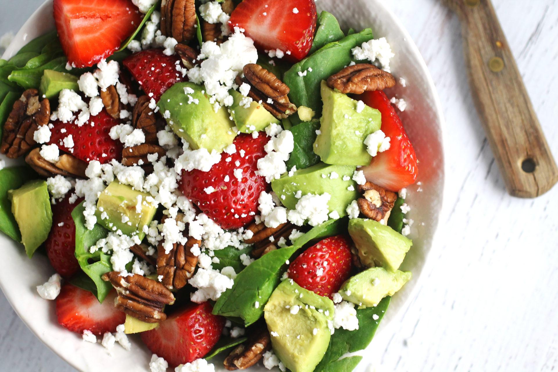 avokado jagoda spanac salata