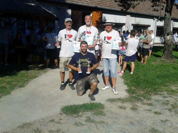 Članovi Peskare (stoje) sa kolegom iz Proletera