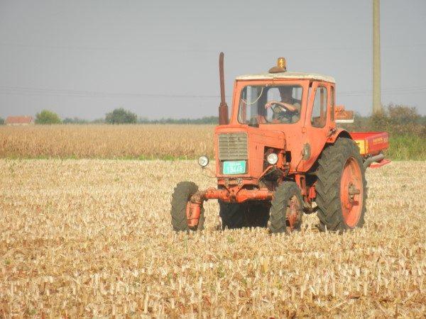 traktor-blize-djubrivo
