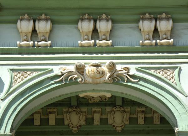 Svedočanstvo o završetku rekonstrukcije zgrade - godina upisana na čeonoj fasadi