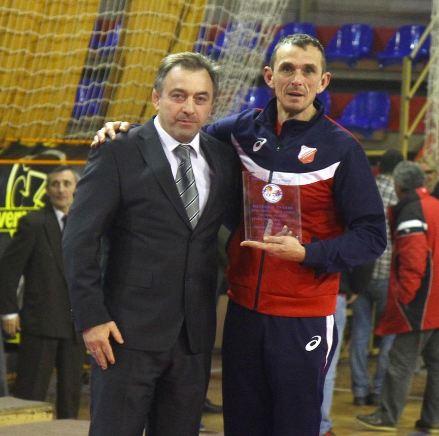 Trener Proletera, Vojislav Trajković dobija priznanje za osvojenu titulu od predsednika RSS, Željka Trajkovića