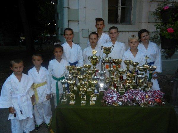 Teodora Nenin i članovi Karate kluba Banat