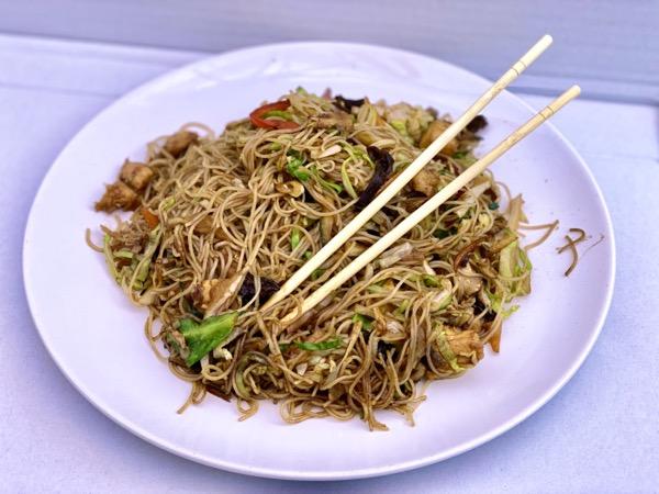 Pirinčane nudle sa piletinom povrćem i kineskim pečurkama