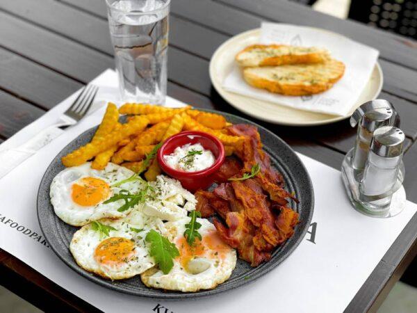 tačka doručak jaja sa slaninom